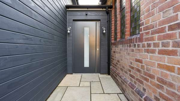 Overview image of the antracite grey RAL7016 aluminium entrance door.