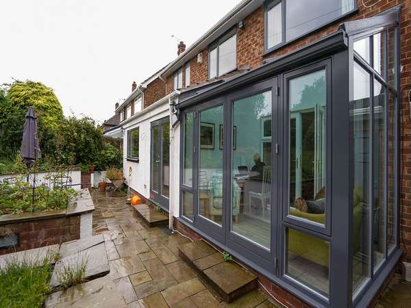 ALU-clad RAL7016 garden room with tinted glazing.